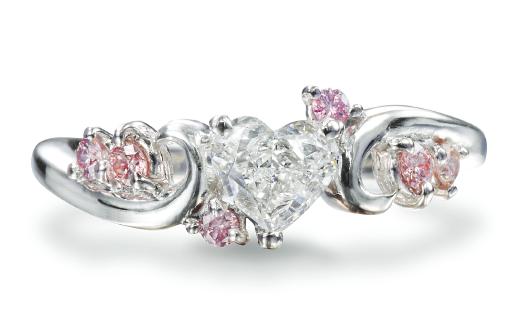様々なダイヤをあしらったリング
